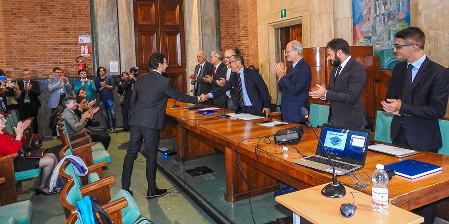 Francesco Lanotte stringe la mano al rettore dell'Università di Pisa Paolo Mancarella