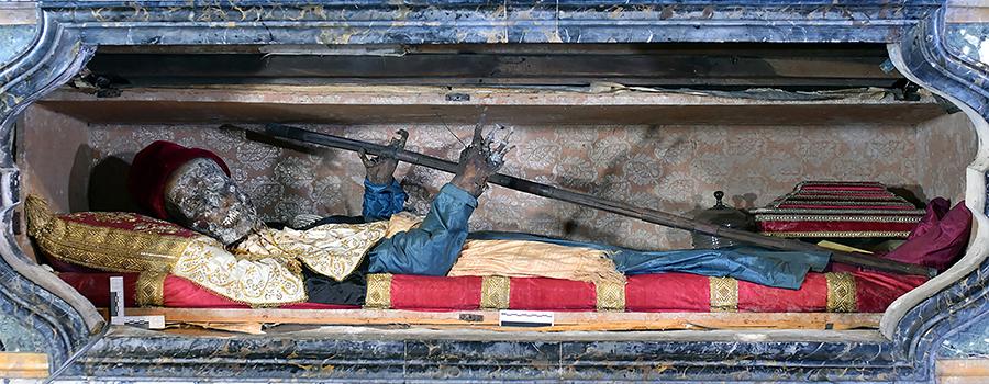 Fig. 1 La mummia di San Davino, XI secolo (Lucca, San Michele in Foro).jpg