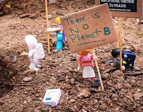 particolarte della locandina: playmobil con cartello There is no Planet B