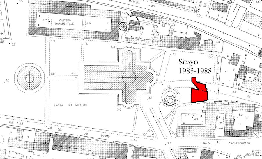 Hier wurde die Sonnenuhr gefunden. Zu sehen ist der Grabungsplan in Pisa. Die Grabungsfläche befindet sich östlich des Doms, am Rande des Domplatzes.